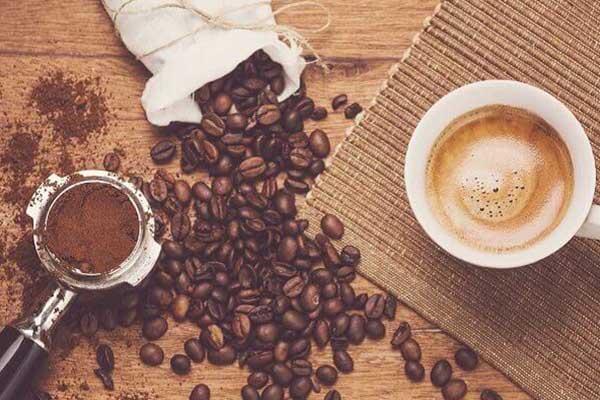 Café là thức uống nóng nên khi uống sẽ có hại cho dạ dày, thực quản