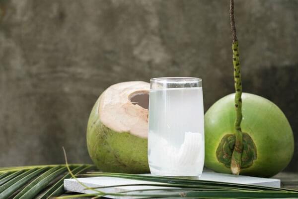 Vậy, bị đau dạ dày có nên uống nước dừa không, có uống được không?