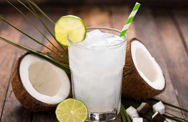 Trong nước dừa còn có chứa thành phần các enzim có tác dụng tốt cho hệ tiêu hóa