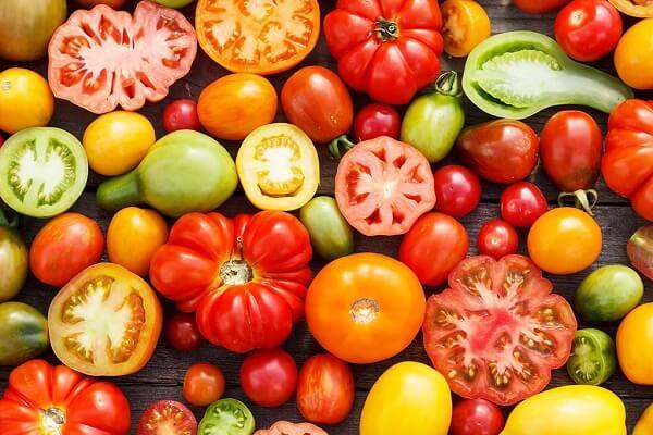 Bạn có thể tăng cà chua trong bữa ăn để bù đắp lại sự thiếu hụt vitamin C và chống lại quá trình lão hóa của cơ thể (Ảnh minh họa).