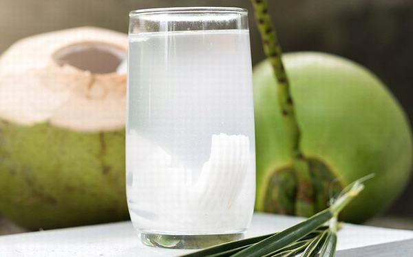 Nước dừa có nhiều tác dụng tốt cho sức khỏe, tuy nhiên,không nên lạm dụng (ngày uống hơn 3 - 4 trái và uống liên tục nhiều ngày).