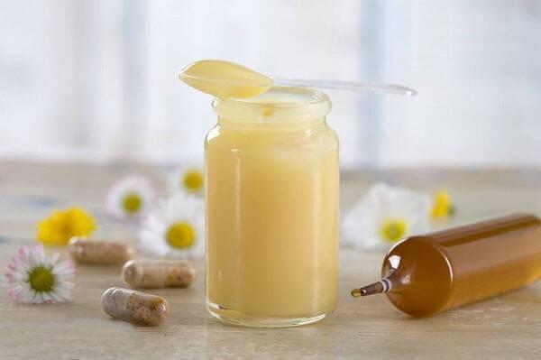 Sữa ong chúa tươi nguyên chất khó nhái, khó làm giả được và rất dễ kiểm chứng bằng mùi vị, màu sắc và cách nhận dạng đặc trưng của nó. Trong khi đó sữa ong chúa viên thì rất dễ hàng giả, hàng kém chất lượng ( hàng từ Trung Quốc mẫu mã giống y hàng thật ) không có cách nào phân biệt được trừ khi đem đi phân tích.