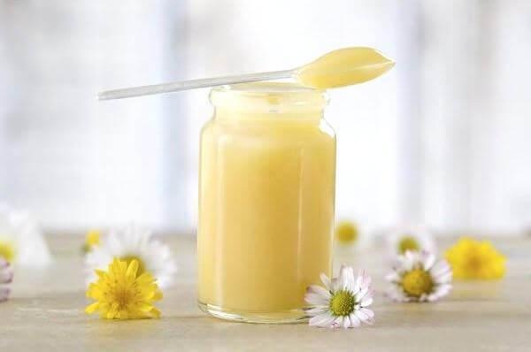 Sữa ong chúa tươi chứa rất nhiều dưỡng chất dễ hấp thụ nên khi bôi lên da mặt chính là trực tiếp cung cấp dưỡng chất cho da, tăng quá trình trao đổi chất giúp da mịn màng, trắng hồng, căng mọng. Sữa ong chúa chứa chất kháng sinh tự nhiên giúp da chống mụn, chống viêm da, sạm nám da.
