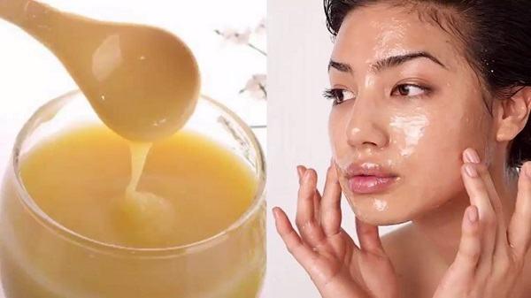 Do chứa các chất chống oxy hóa cực mạnh và nhiều sinh tố đặt biệt là axit Panthotenic có tác dụng tái tạo tế bào da mới cho nên sữa ong chúa được coi là mỹ phẩm dưỡng da tốt nhất và được coi trọng đặc biệt. Nó giúp cho làn da của phụ nữtrở nên mịn màng, trắng sáng và ngăn chặn được tình trạng lão hóa sớm trên da.Để cải thiện làn da ngoài cách sử dụng sữa ong chúa bằng đường uống thì các chị em có thể dùng để đắp mặt nạ lên da, trực tiếp tác động từ bên ngoài vào.