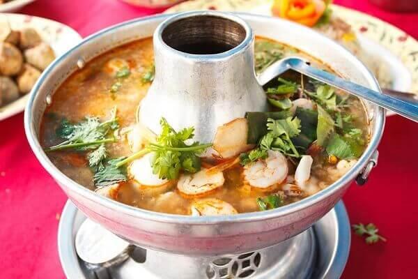 Lẩu hải sản kiểu Thái chua cay - món ngon đãi tiệc sinh nhật