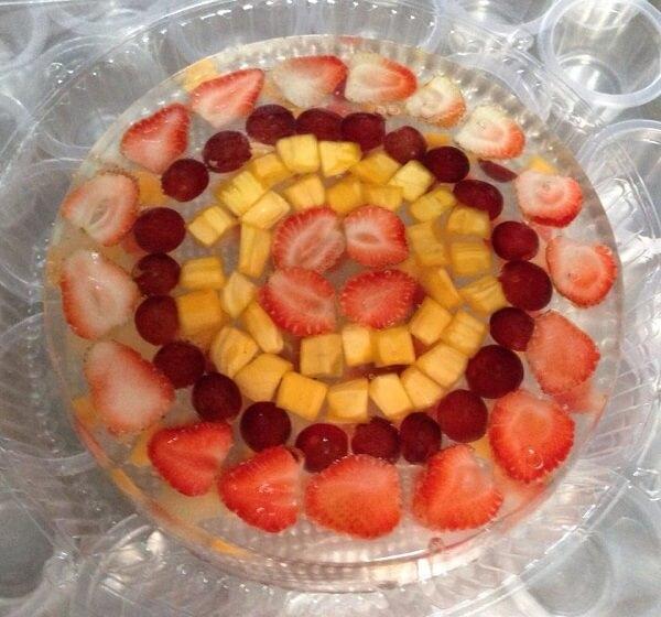 Xếp trái cây lên khuôn vừa được cho vào tủ lạnh - Cách làm bánh kem sinh nhật rau câu trái cây 3d đơn giản tại nhà