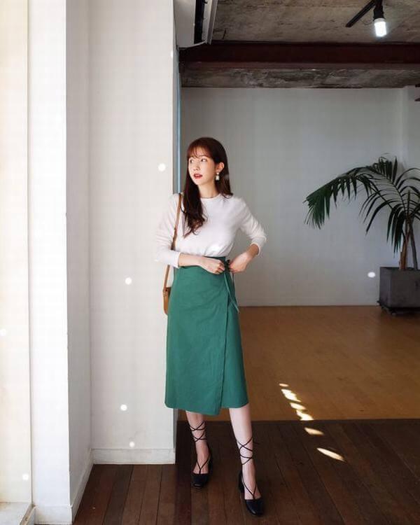 Mix chân váy midi cùng áo thun – Màu xanh rêu kết hợp với màu nào thì đẹp, áo, váy