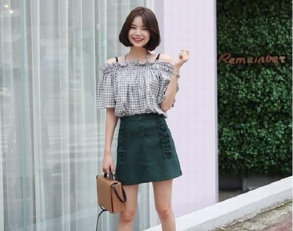 Phối chân váy xanh rêu cùng áo trễ vai – Cách phối đồ màu xanh rêu kết hợp với màu nào đẹp