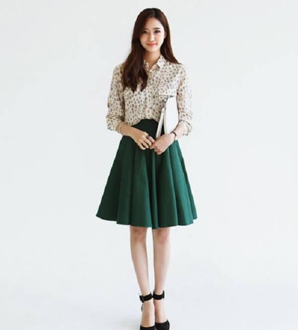 Phối cùng với trang phục họa tiết – Cách phối đồ màu xanh rêu kết hợp với màu nào thì đẹp, áo, váy