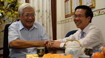Bác sĩ Võ Văn Thành được đồng chĩ Võ Văn Thưởng thăm hỏi