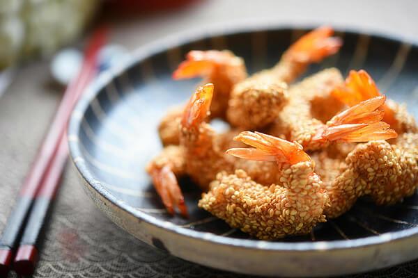 Món 14. Tôm tẩm vừng chiên giòn - món ngon từ tôm biển