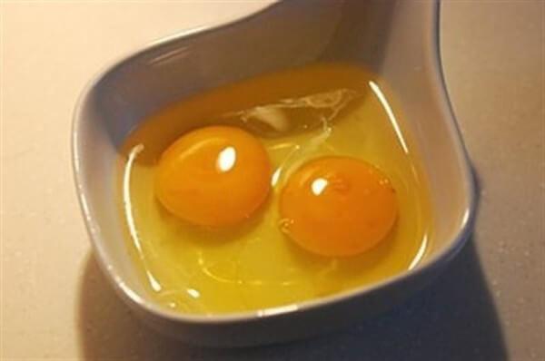 Đánh bông trứng và đường lên - Cách làm bánh kem sinh nhật đơn giản tại nhà
