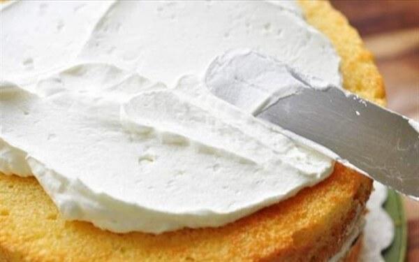 Phết kem đã làm ở bước 3 lên trên mặt bánh thật đều