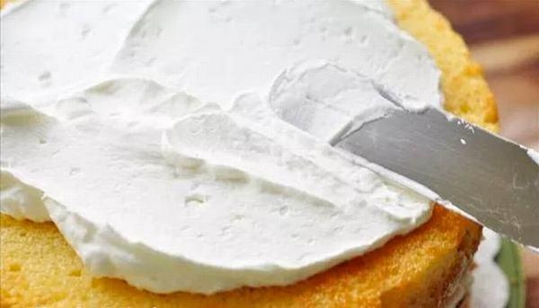 Phết kem lên bánh – cách làm bánh sinh nhật – cách làm kem bánh sinh nhật