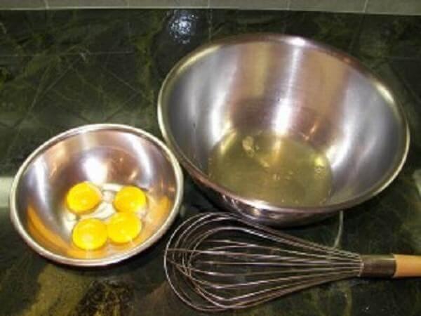 Tách lòng đỏ và lòng trắng trứng gà