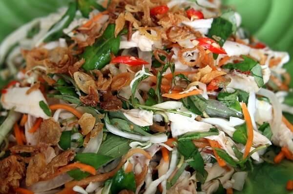 Thêm rau răm cho món gỏi gà bắp cải ngon hơn.