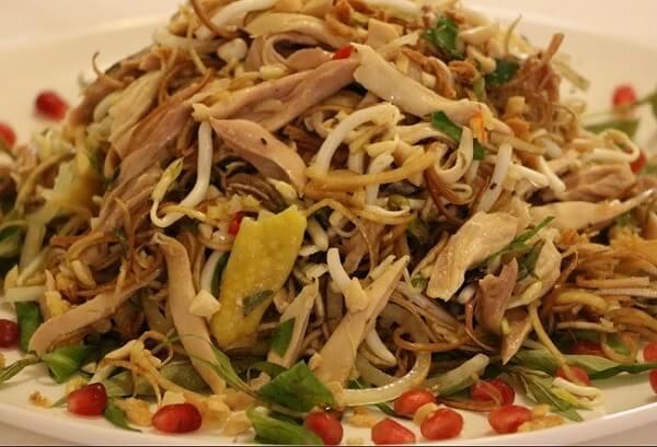 Gỏi gà bắp chuối là món ăn có lợi cho sức khỏe.