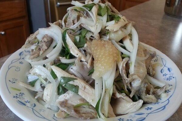 Sau đó bạn tiến hành trộn gỏi gà hành tây - Cách làm gỏi gà hành tây món khoái khẩu gia đình Việt Nam