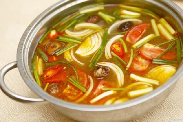 Nêm nếm gia vị vào nồi, cho thêm phần nước cốt chanh vào.