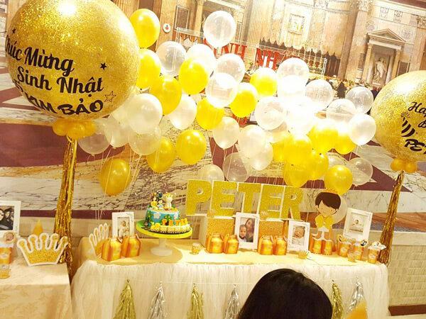 Trang trí sinh nhật với chủ đề hoàng gia tông màu vàng sang trọng
