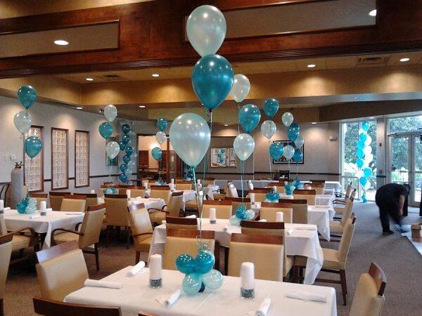 Các bạn có thể cột những quả bóng bay trên trần nhà hay trên bàn ăn để tạo một không khí lung linh cho buổi tiệc.