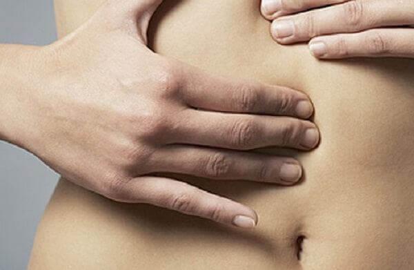 Đau vùng trên rốn hoặc đau quanh rốn với biểu hiện đau âm ỉ hoặc đau từng cơn là triệu chứng điển hình của bệnh đau dạ dày.