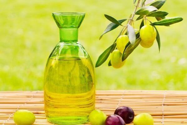 Trong dầu oliu tổng hợp rất nhiều chất có lợi cho sự phát triển của lông mi dài nhanh.