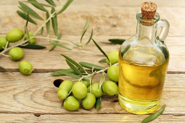 Dầu ô-liu là một loại dầu thu được từ cây Ô liu, một loại cây truyền thống của vùng Địa Trung Hải. Nó thường được sử dụng trong nấu ăn, mỹ phẩm, dược phẩm, và xà phòng và có làm nhiên liệu cho đèn dầu truyền thống