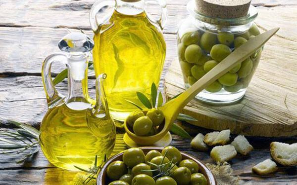 Dầu oliu chứa hàm lượng lớn vitamin E, A, K... cùng hàng loạt axit amin, khoáng chất không chỉ tốt cho sức khỏe mà còn có tác dụng dưỡng da