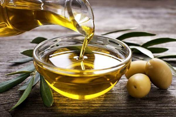 Nói về tác dụng của dầu oliu trong làm đẹp có rất nhiều. Dầu oliu không chỉ tốt cho sức khỏe mà còn giúp làm trắng da, chăm sóc tóc hư tổn