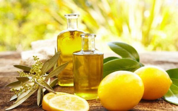 Chăm sóc da bằng dầu oliu vào ban đêm tại nhà bằng cách đắp mặt nạ, dùng hỗn hợp dầu oliu vs dấm táo và kết hợp với dưỡng da ban đêm đúng cách.
