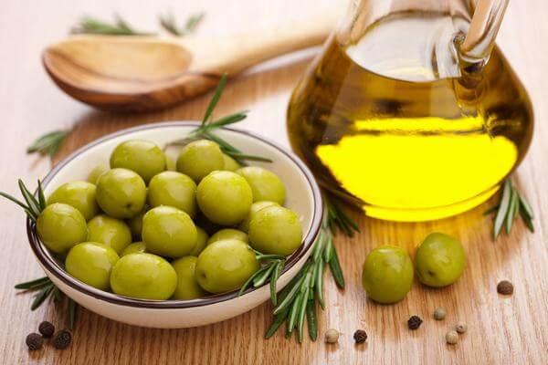 Tổng hợp cách dùng dầu oliu dưỡng da mặt, cách dưỡng trắng da mặt bằng dầu oliu và chăm sóc da mặt bằng dầu oliu.