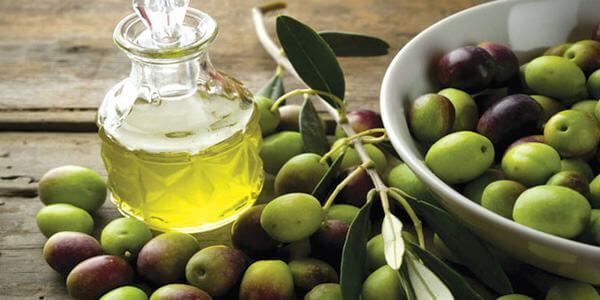 Cách trị mụn bằng dầu oliu được thực hiện rất đơn giản, hiệu quả trị mụn từ dầu oliu mang lại sẽ khiến bạn phải bất ngờ. Dầu oliu còn có thể xóa sẹo, thâm