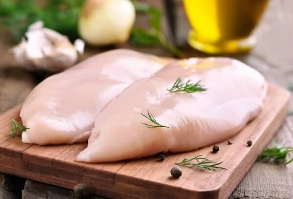 Thịt gà là nguyên liệu tuyệt vời để làm gỏi. Ảnh: Internet