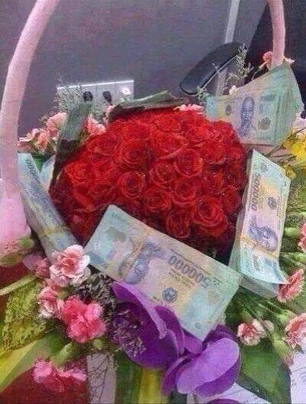 Không chỉ tặng một bó hoa mà còn đập vào mặt người nhận mấy cục tiền 500k nữa thì chắc không thể đại gia hơn.