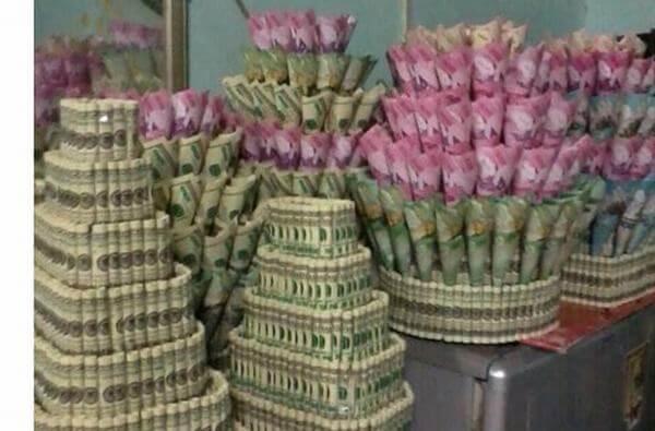 Một bó hoa hoàn toàn bằng tiền đô giá trị 100 thế này thì chắc thế giới mấy người dám chi