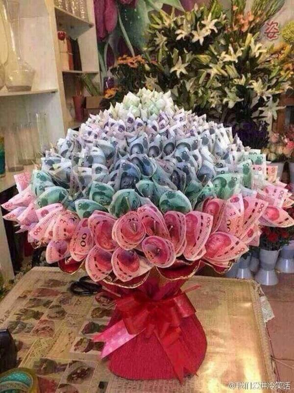 Bó hoa bằng tiền rất đẹp và sáng tạo, thế này thì cũng mất mấy tháng lương rồi.