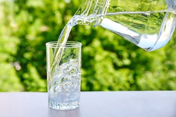 Uống nhiều nước là một trong những cách đơn giản nhất và hiệu quả cho người bị huyết áp thấp
