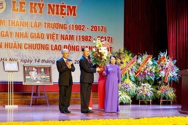 Thay mặt lãnh đạo ngành y tế, những người thầy thuốc- thầy giáo ngành y, Bộ trưởng Bộ Y tế Nguyễn Thị Kim Tiến tặng hoa chúc mừng Ngày nhà giáo Việt Nam đến Chủ tịch nước Trần Đại Quang