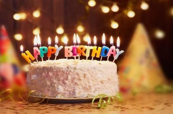 Bánh sinh nhật có hình tròn là do bánh biểu thị cho sự đầy đặn, chu kì khép kín của mỗi năm, mỗi tháng