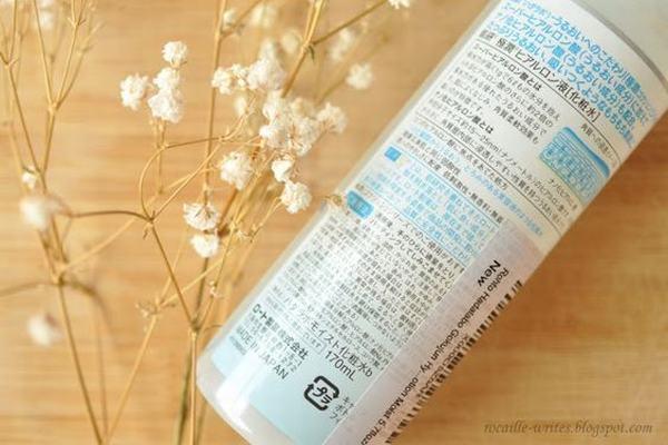 Hada Labo Gokujyun Super Hyaluronic Acid Lotion có thể làm nước hoa hồng, xịt khoáng, dưỡng ẩm và cả lotion mask