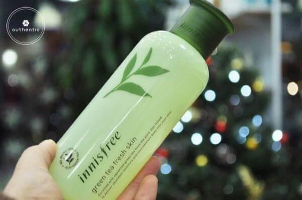 Đây là sản phẩm thuộc dòng Fresh Skin (dành cho da dầu) của Innisfree với thành phần không chứa cồn, cải tiến hơn nước hoa hồng phiên bản cũ ở độ thấm