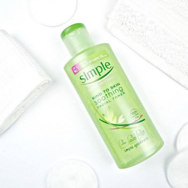 """Nước hoa hồng Simple Kind To Skin Soothing Facial Toner là sản phẩm luôn nằm trong top """"Sản phẩm bán chạy nhất"""" của nhà Simple đấy!"""