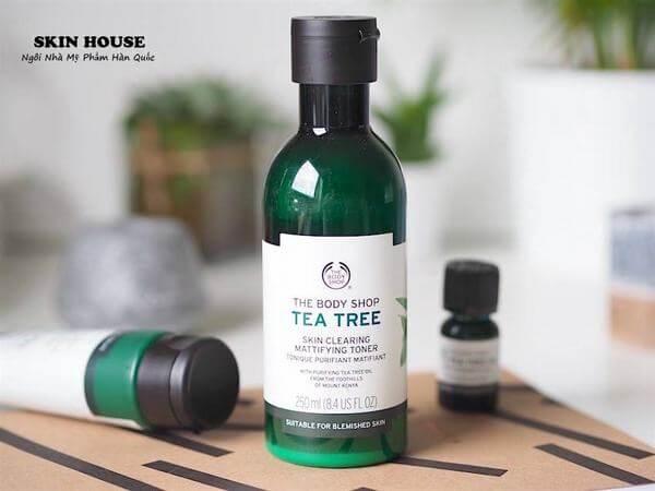 Nước hoa hồng The Body Shop Tea Tree Skin Clearing Toner sẽ làm sạch sâu làn da, loại bỏ mọi bụi bẩn, dầu thừa bên trong lỗ chân lông.