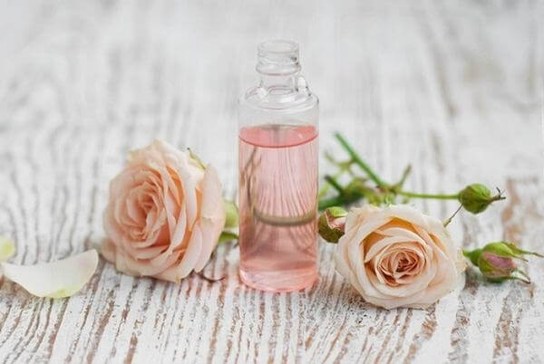 Nước hoa hồng là 1 loại toner (hay là một phần nhỏ trong toner) có công dụng dưỡng da với thành phần chủ yếu là tinh chất hoa hồng.