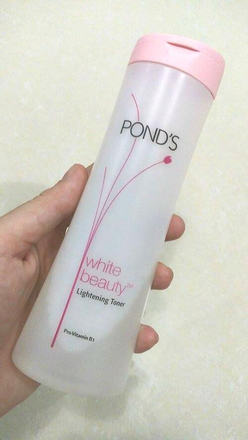 Thân chai Pond's White Beauty Lightening Toner cao và có độ lượn nhẹ nên nhìn mềm mại