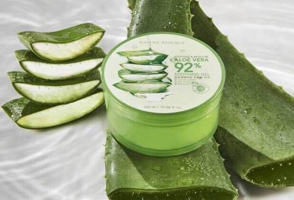 """Ngày nay nha đam được biết đến như một """"mỹ phẩm thiên nhiên"""" dùng để làm đẹp, giúp các bạn gái sáng da, ngừa mụn."""