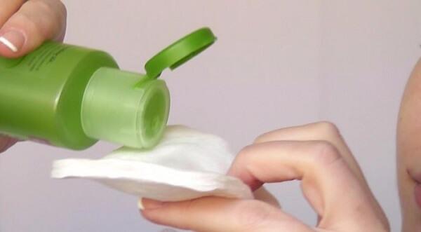 Nước hoa hồng Simple Soothing Facial Toner có thể cấp ẩm dịu nhẹ. (nguồn: internet)