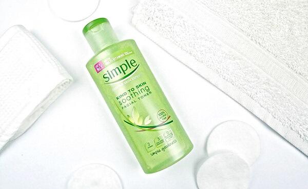 Nước hoa hồng Simple Soothing Facial Toner làm sạch da tốt. (nguồn: internet)