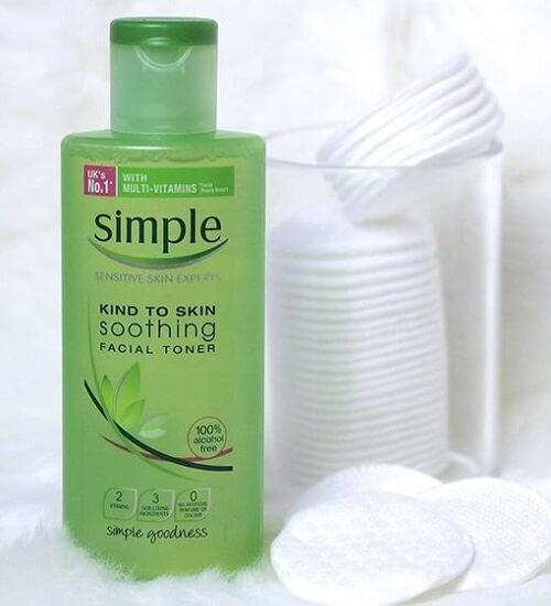 Nước hoa hồng Simple Soothing Facial Toner có thiết kế với màu chủ đạo là màu xanh lá. (nguồn: internet)